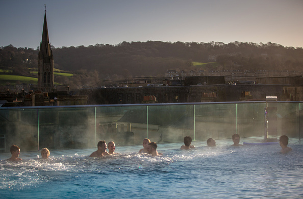 Spa「People Relax At The Bath Spa Before The Christmas Festivities」:写真・画像(0)[壁紙.com]