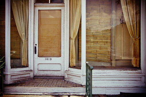 Curtain「Old Worn Store Front Boarded Up」:スマホ壁紙(6)