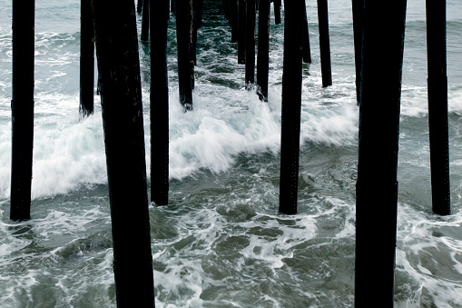 波「Waves rush under pilings for a pier」:スマホ壁紙(1)