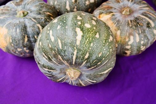 どんぐり セレクティブフォーカス「acorn squash sitting on a purple surface」:スマホ壁紙(5)