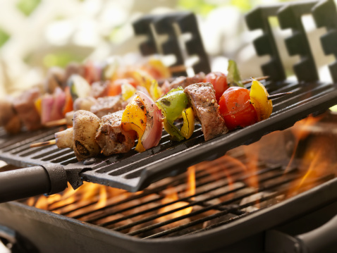 Barbecue Grill「Beef and Vegetable Kabobs on a Outdoor BBQ」:スマホ壁紙(13)