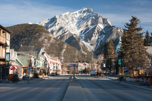 Ski Resort「Early morning in the town of Banff, Banff National Park, the Canadian Rockies, Alberta, Canada, North America.」:スマホ壁紙(6)