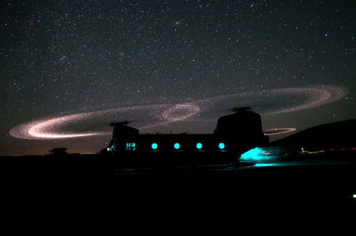 CH-47 Chinook「Dust lights up the rotors of a CH-47 Chinook helicopter.」:スマホ壁紙(10)