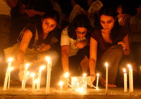 Bestof「Mumbai Residents Hold Candlelit Vigil At Oberoi Hotel」:写真・画像(8)[壁紙.com]