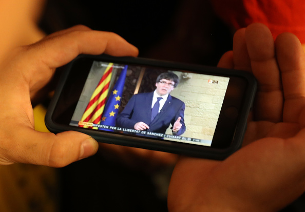 Portable Information Device「Demonstrators Protest Spanish Move To Suspend Catalan Autonomy」:写真・画像(17)[壁紙.com]