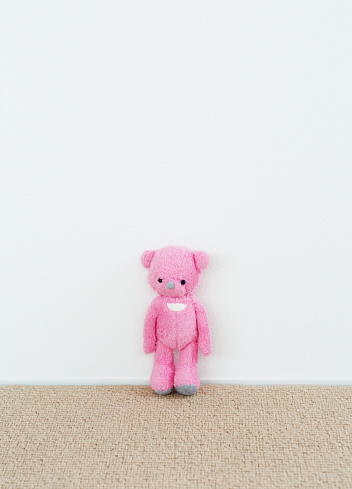 Solitude「Pink teddy bear in the room」:スマホ壁紙(6)