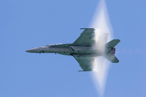 Military「A U.S. Navy F/A-18F Super Hornet flies by at high transonic speed.」:スマホ壁紙(15)