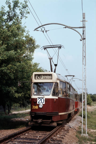 Warsaw tram No 398 plies Route 20 through the woods of the Benmow district on Friday 27th May 1983.:ニュース(壁紙.com)