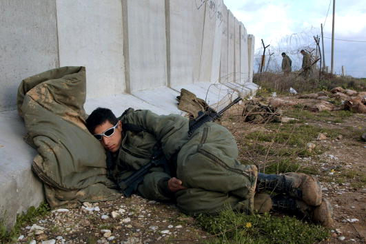 Erez「Israeli soldier prays after military operations in Gaza」:写真・画像(11)[壁紙.com]