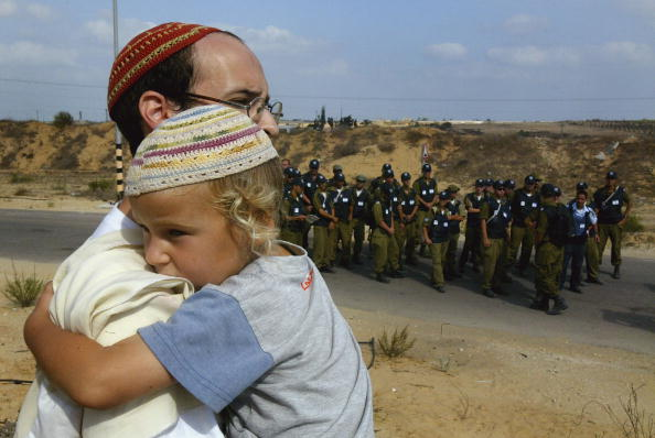 Focus On Foreground「Israeli Troops Begin Forcible Eviction Of Gaza Settlers」:写真・画像(16)[壁紙.com]