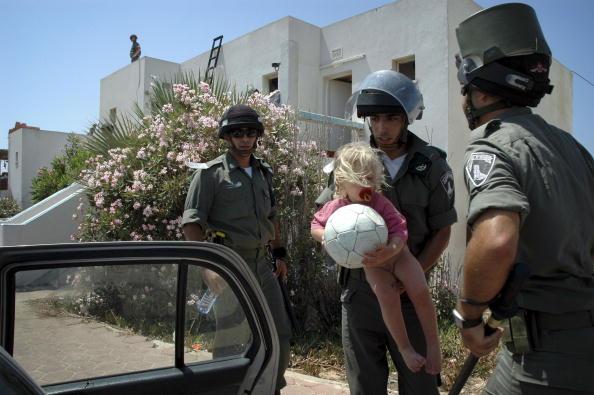 Vehicle Door「Israeli Troops Close In On Settlers Occupying Hotel In Gush Katif」:写真・画像(10)[壁紙.com]