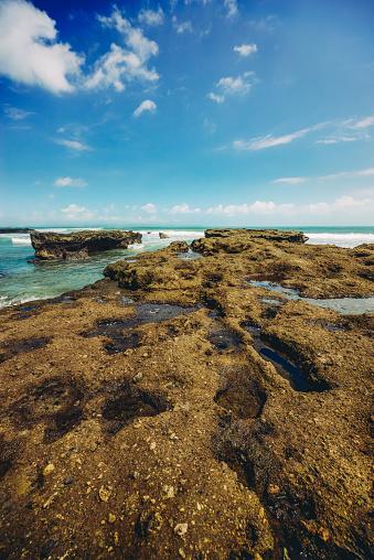 Wave「美しい景色はインドネシア ・ バリ島の岩の多い海岸線を od します。」:スマホ壁紙(4)