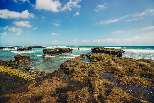 ビーチ「美しい景色はインドネシア ・ バリ島の岩の多い海岸線を od します。」:スマホ壁紙(9)