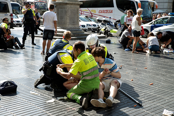 スペイン バルセロナ「Thirteen Dead And Dozens Injured As Van Hits Crowds in Barcelona's Las Ramblas Area」:写真・画像(1)[壁紙.com]