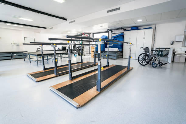 Empty room at a physical recovery clinic with parallel bars and materials:スマホ壁紙(壁紙.com)