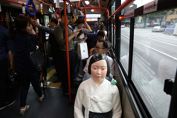 Seoul「Seoul Bus Runs With 'Comfort Woman' Sex Slave Statue Ahead Of Liberation Day」:写真・画像(15)[壁紙.com]