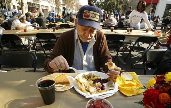 Eating「Los Angeles Mission Serves Turkey Dinner To Homeless」:写真・画像(3)[壁紙.com]