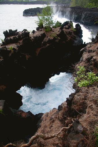 Wave「Waves splash under a natural bridge of lava rock」:スマホ壁紙(0)