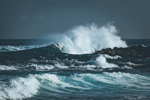 胸を打つ「インド洋をはねかける波」:スマホ壁紙(6)