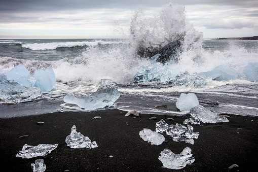 Ice-breaker「Waves splashing at Diamond Beach, Jokulsarlon glacier lagoon, Iceland」:スマホ壁紙(14)