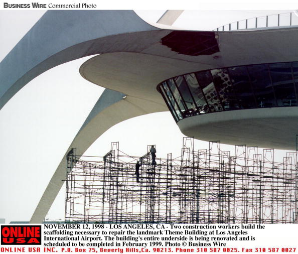 LAX Airport「Two Construction Workers Build The Scaffolding」:写真・画像(3)[壁紙.com]