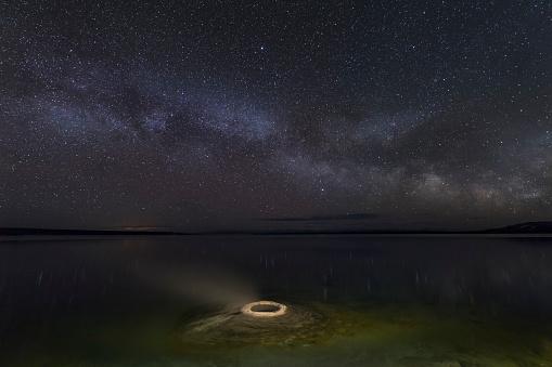 神秘「The Milky Way above Fishing Cone Geyser, Yellowstone NP」:スマホ壁紙(14)