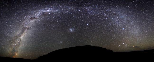 天の川「The Milky Way in a panoramic image from Scorpius to Orion at the Somuncura Plateau in Argentina. 」:スマホ壁紙(12)