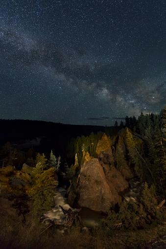 神秘「The Milky Way above Tower Falls, Yellowstone NP」:スマホ壁紙(9)