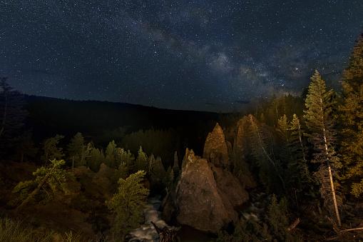 神秘「The Milky Way above Tower Falls, Yellowstone NP」:スマホ壁紙(8)