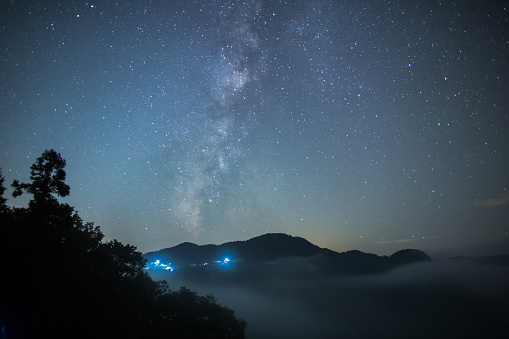 Starry sky「The Milky Way hangs about a valley filled with fog」:スマホ壁紙(12)