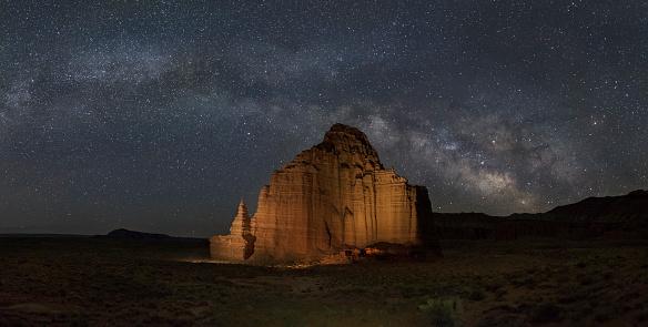 神秘「The Milky Way above Temple of the Moon, Capitol Reef NP」:スマホ壁紙(13)