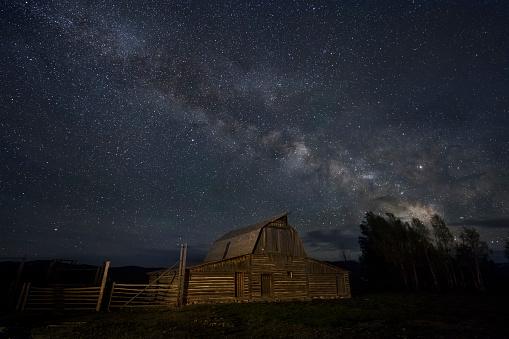 神秘「The Milky Way above a barn in Wyoming」:スマホ壁紙(10)