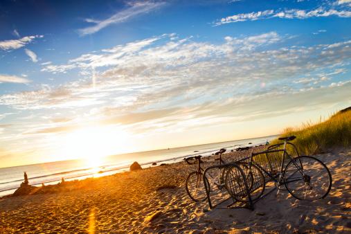 秋「Bicycles parked on beach at sunset」:スマホ壁紙(10)