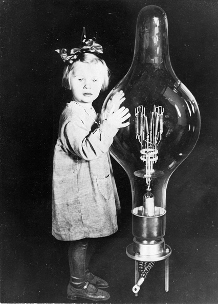 Light Bulb「The biggest bulb of the world is more than one meter high and 2750 times more strongly than a normal bulb of household, Photograph, Around 1935」:写真・画像(8)[壁紙.com]