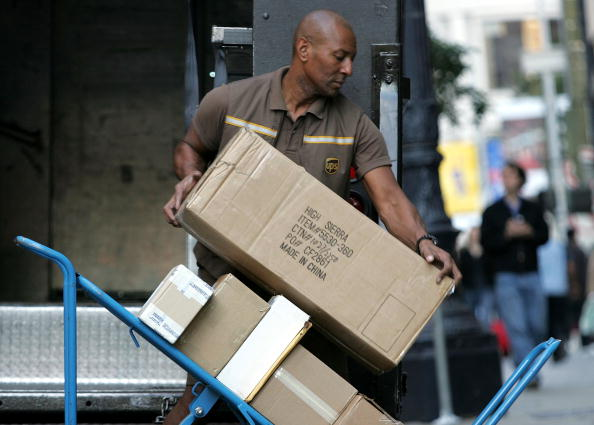 Delivering「UPS Goes Into High Gear For Holiday Season」:写真・画像(6)[壁紙.com]