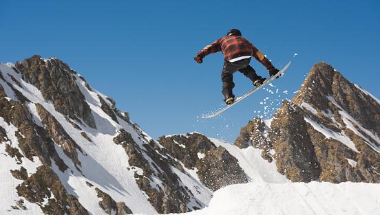 スノーボード「Man snowboarding off piste and doing extreme midair tricks」:スマホ壁紙(17)