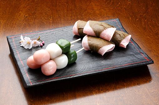 Wagashi「Dumplings and mochi wrapped in cherry leaf」:スマホ壁紙(4)
