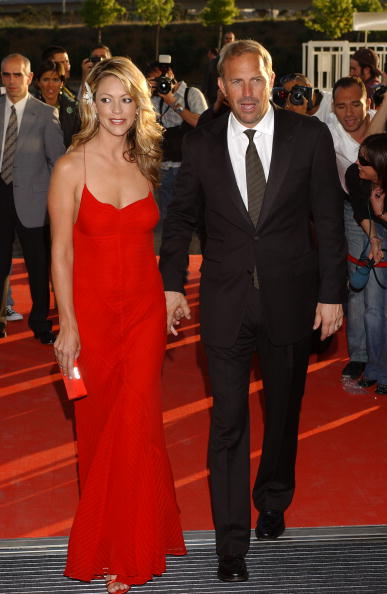 "Holding Hands「Kevin Costner & Wife Open New ""Porcelanosa"" Store」:写真・画像(12)[壁紙.com]"