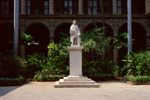Old Havana「Statue in courtyard」:スマホ壁紙(10)