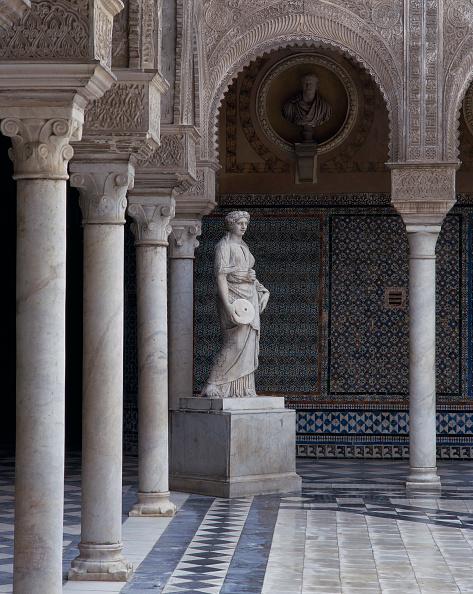 Casa De Pilatos「Statue in courtyard with pillars」:写真・画像(4)[壁紙.com]