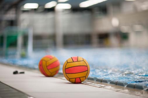 スポーツ「Two water-polo balls outside pool」:スマホ壁紙(13)