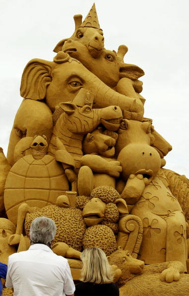 Amusement Park Ride「Visitors look at a sand sculpture of animals」:写真・画像(18)[壁紙.com]