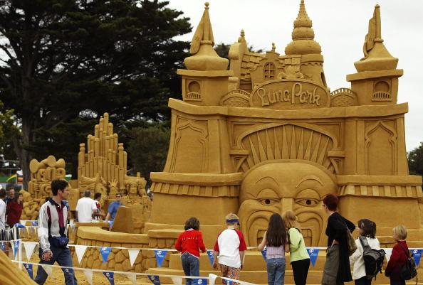 Sand Sculpture「Visitors look at a sand sculpture of Luna Park」:写真・画像(14)[壁紙.com]