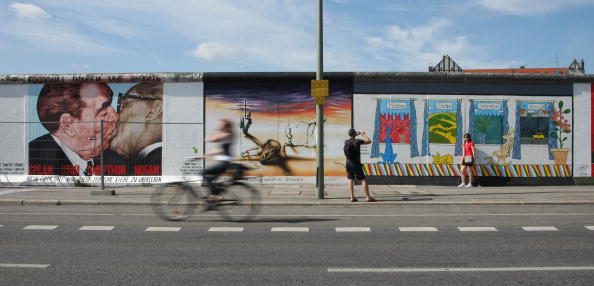 West Berlin「Germany To Mark 20 Years Since Fall Of Berlin Wall」:写真・画像(10)[壁紙.com]