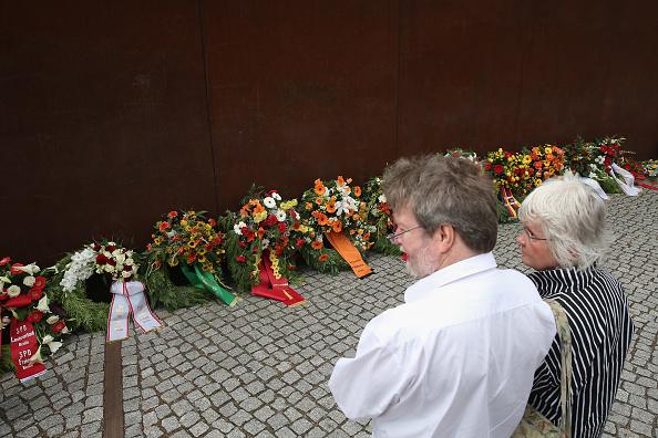 Carefree「Berliners Mark 52nd Anniversary Of Berlin Wall Construction」:写真・画像(9)[壁紙.com]