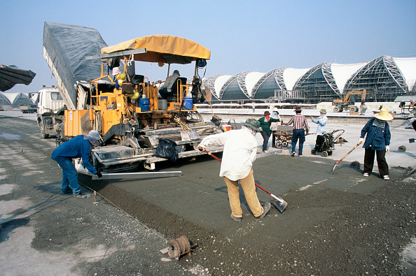 Full Frame「Concrete paving machine and crew working on the hardstand areas for the planes near the terminal building at Suvarnabhumi Bangkok Airport」:写真・画像(3)[壁紙.com]