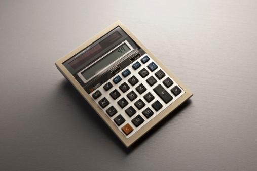 Gray Background「retro calculator on desk」:スマホ壁紙(4)