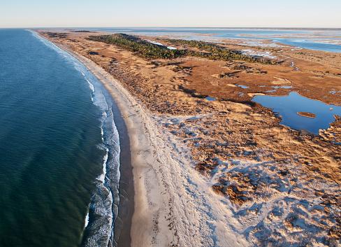 The Nature Conservancy「USA, Virginia, Aerial view of Virginia Coast Reserve, Atlantic Ocean, beach and marsh in the evening light」:スマホ壁紙(1)