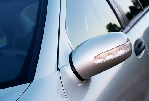 Side-View Mirror「silver car , fokus on the mirror with indicator」:スマホ壁紙(14)