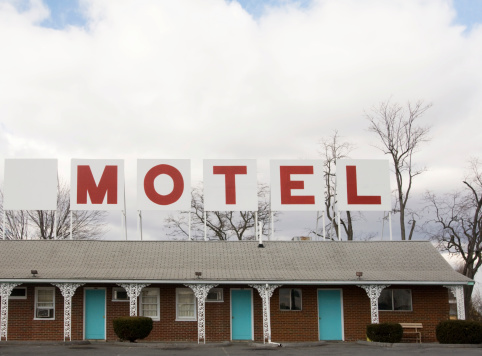 Motel「Retro Red Lettered Motel Sign on top of building」:スマホ壁紙(16)